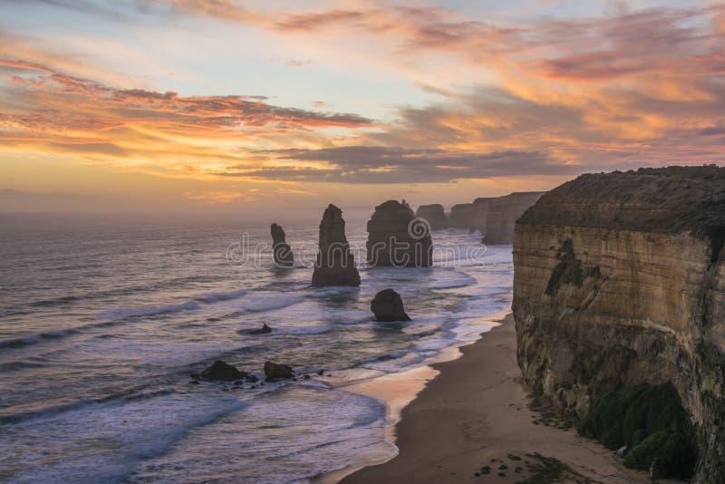 Opinión espectacular los doce apóstoles en la puesta del sol Gran camino del océano, Victoria, Australia fotos de archivo