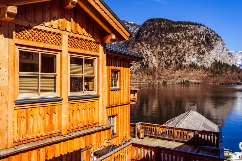 Opinión espectacular sobre el pueblo de Hallstatt que refleja en el lago de la montaña imagenes de archivo
