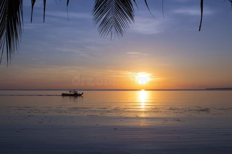 Opinión exótica de la playa a la puesta del sol anaranjada Foto romántica del lugar de la boda fotos de archivo libres de regalías