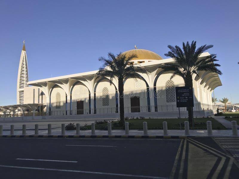 Opinión exterior de la arquitectura de la mezquita del aeropuerto de Madinah fuera del aeropuerto internacional de Abdulaziz del  imágenes de archivo libres de regalías