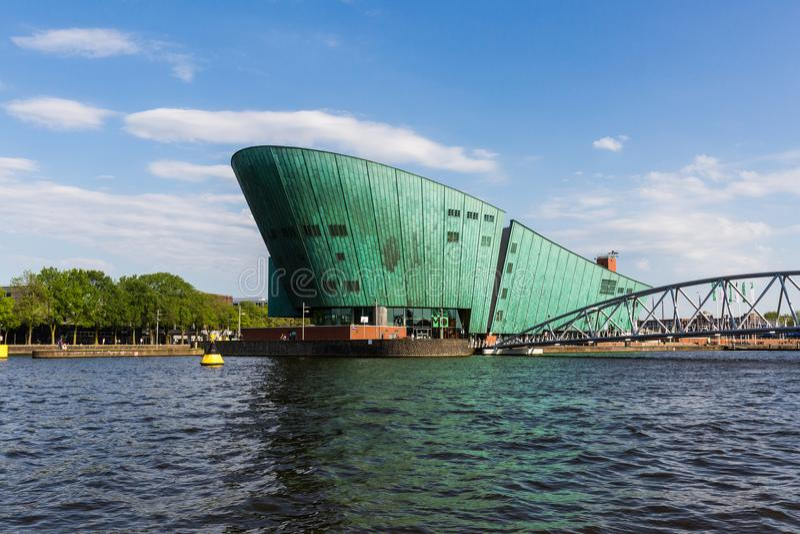 Opinión exterior Nemo Science Museum en Amsterdam foto de archivo
