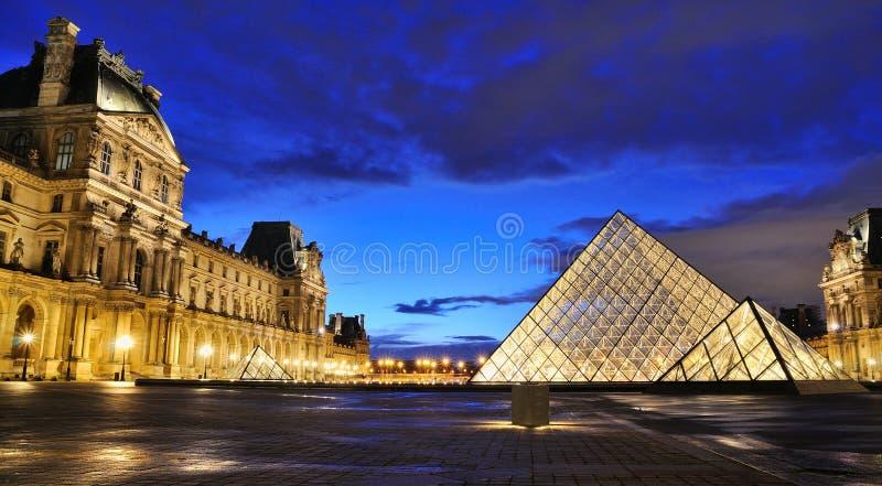 Opinión externa de la noche del museo del Louvre (Musee du Louvre) fotografía de archivo libre de regalías