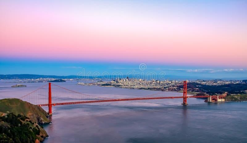 Opinión famosa de puente Golden Gate de Marin Headlands en la puesta del sol, S foto de archivo