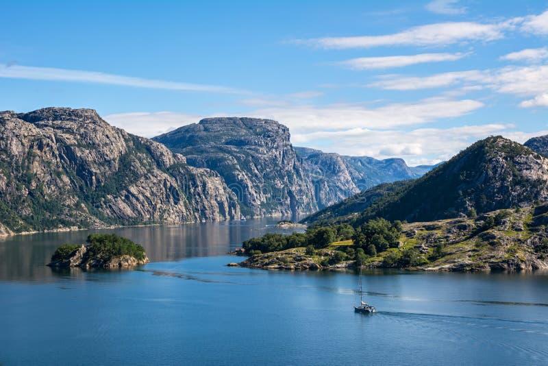Opinión fantástica del paisaje de la naturaleza del fiordo, de las montañas y de la vela imagen de archivo