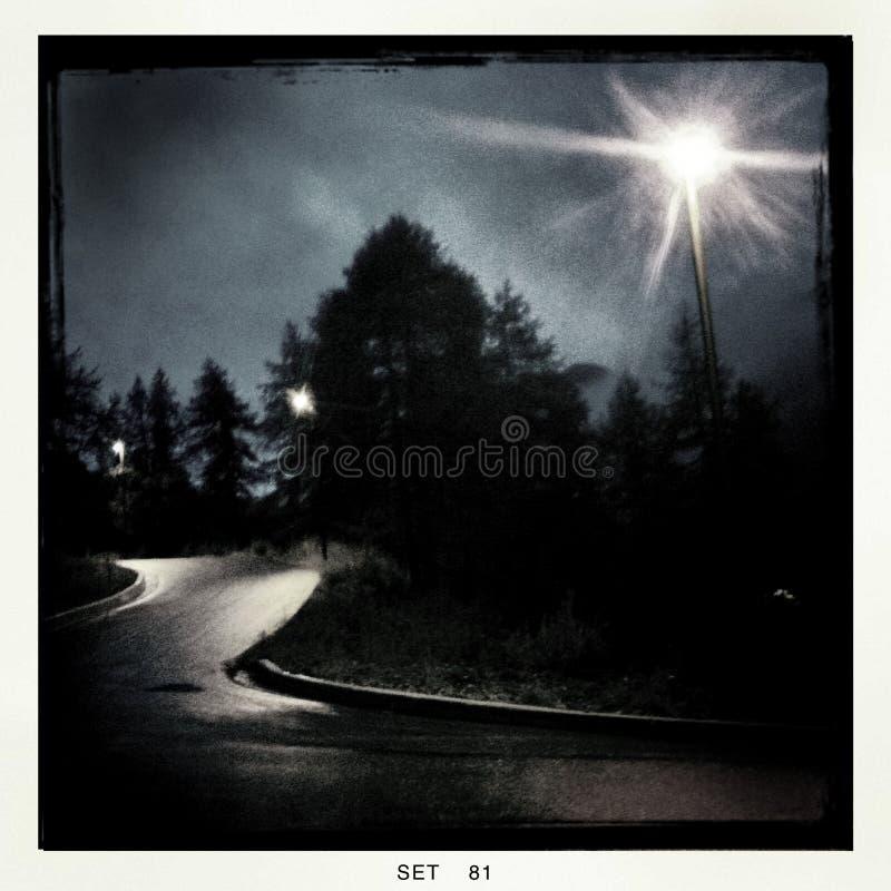 Opinión fantasmagórica de la noche de una carretera con curvas
