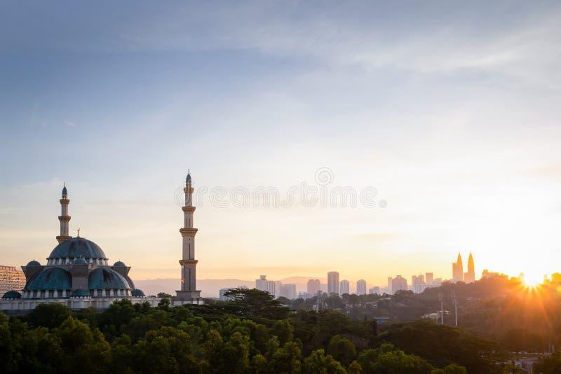 Opinión federal de la mezquita durante la salida del sol con Kuala Lumpur Cityscape fotos de archivo