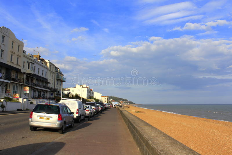 Opinión Folkestone Reino Unido del verano de la explanada de Sandgate imágenes de archivo libres de regalías