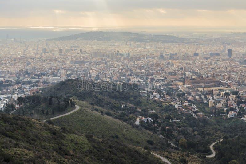 Opinión general de la ciudad, montaña, de la colina de Tibidabo Barcelona fotos de archivo libres de regalías