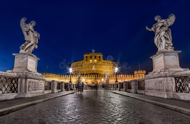 Opinión granangular de la noche Castel Santangelo en Roma Exposur largo fotografía de archivo libre de regalías
