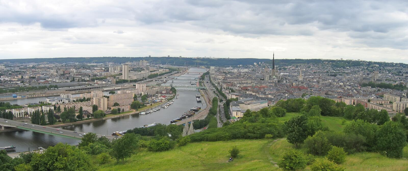 Opinión grande sobre la ciudad imagenes de archivo