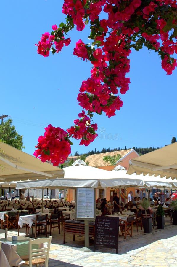 Opinión griega hermosa del verano del pueblo de la isla fotografía de archivo libre de regalías