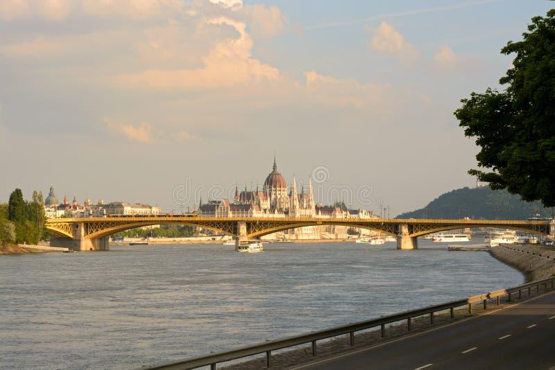 Opinión húngara del edificio del parlamento sobre el puente fotos de archivo