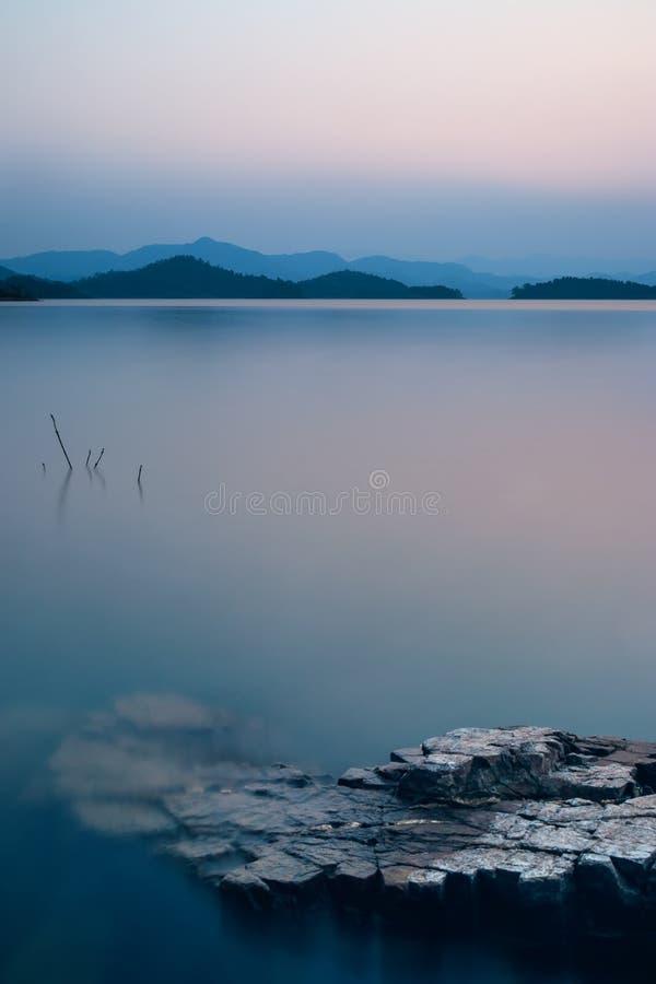 Opinión hermosa de la naturaleza del lago en la oscuridad en el tiempo de la puesta del sol, tono azul foto de archivo