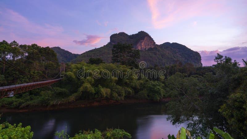 Opinión hermosa de la naturaleza de la montaña de la naturaleza del corazón que sorprende en Surat Thani, Tailandia imagen de archivo