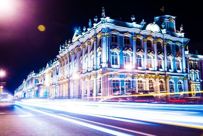 Opinión hermosa de la noche del palacio del invierno en santo imagen de archivo