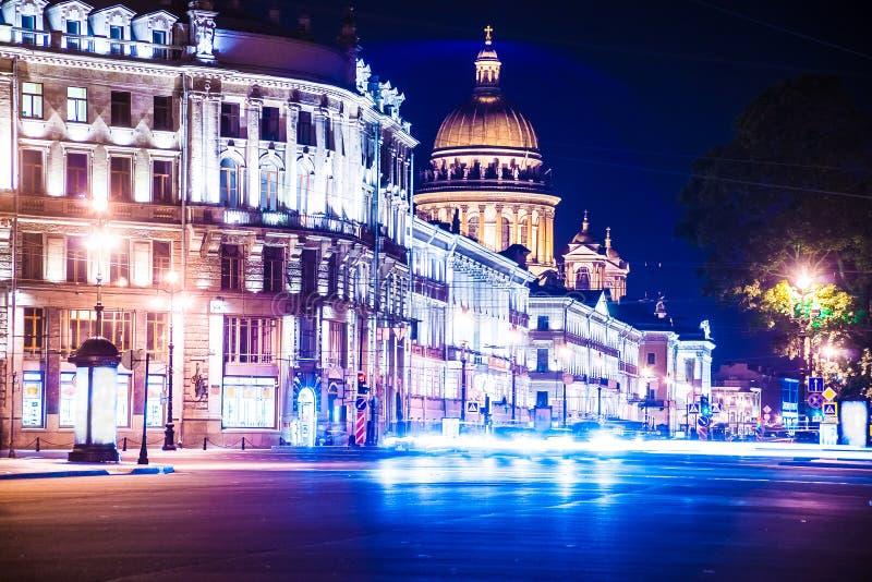 Opinión hermosa de la noche la perspectiva e Isaac de Nevsky imagen de archivo