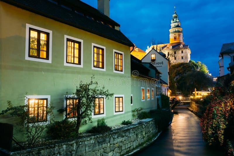 Opinión hermosa de la noche para escudarse la torre en Cesky imágenes de archivo libres de regalías