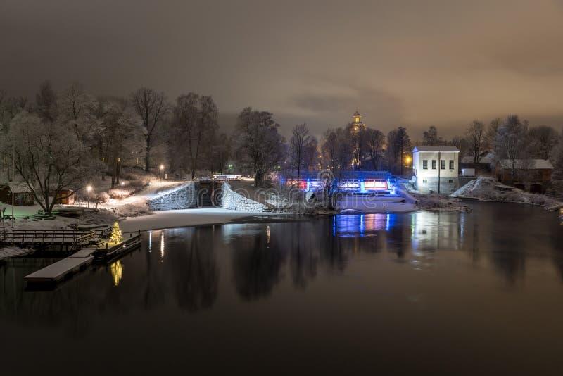 Opinión hermosa de la noche sobre una esclusa y una central eléctrica fotos de archivo