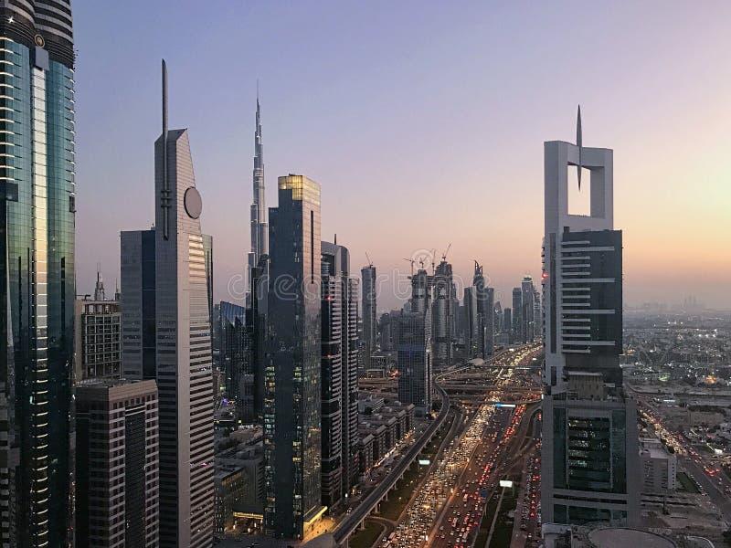 Opinión hermosa de la puesta del sol a la infraestructura y al skyl futuristas de la ciudad fotografía de archivo libre de regalías