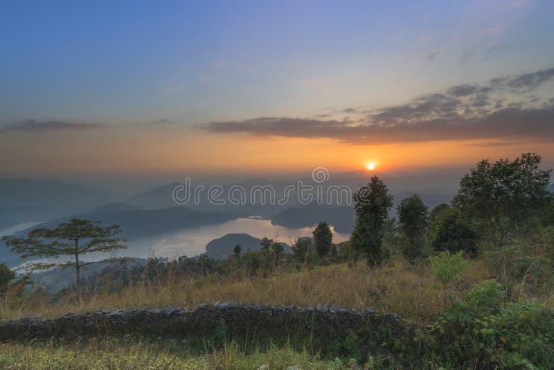 Opinión hermosa de la puesta del sol del lago de los begnas de la cumbre imagen de archivo