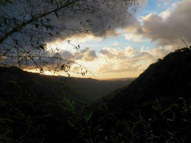 Opinión hermosa de la puesta del sol de las montañas del Caribe en Ciales, Puerto Rico imagen de archivo