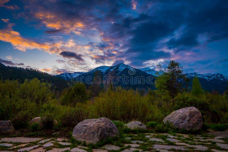 Opinión hermosa de la puesta del sol del parque nacional magnífico de Teton, Wyoming con las montañas cubiertas con nieve en el h imagen de archivo libre de regalías