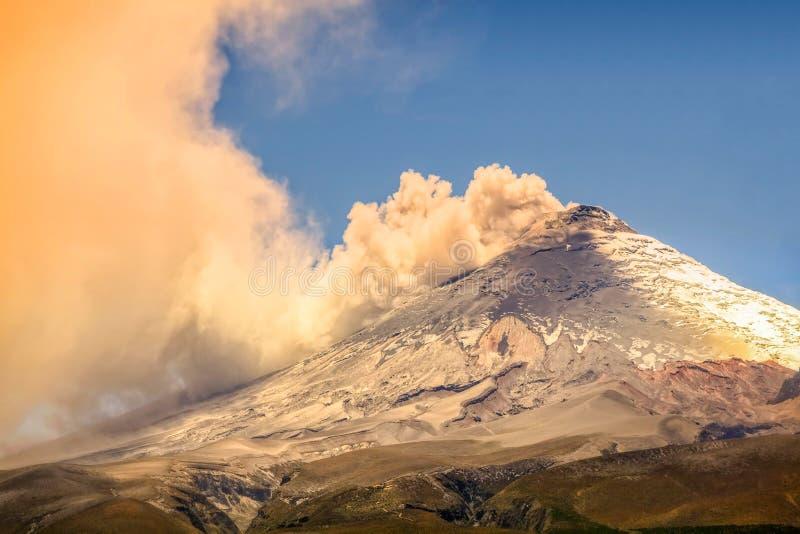 Opinión hermosa de la puesta del sol del volcán magnífico de Cotopaxi fotos de archivo