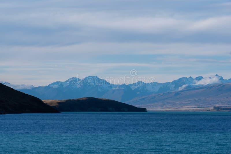 Opinión hermosa de los paisajes del lago Tekapo en Nueva Zelandia por la tarde fotografía de archivo