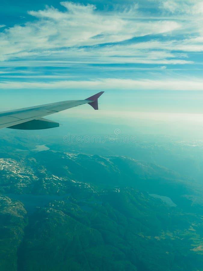 Opinión hermosa del cielo y de la tierra del avión fotos de archivo libres de regalías