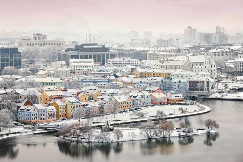 Opinión hermosa del invierno de la ciudad vieja minsk belarus imagenes de archivo