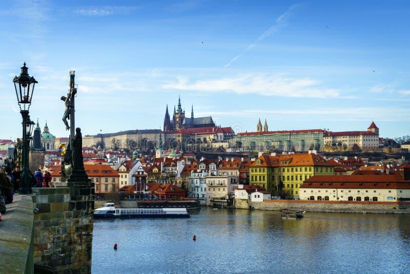 Opinión hermosa del invierno del río de Moldava, Charles Bridge, ciudad vieja en Praga, República Checa foto de archivo libre de regalías