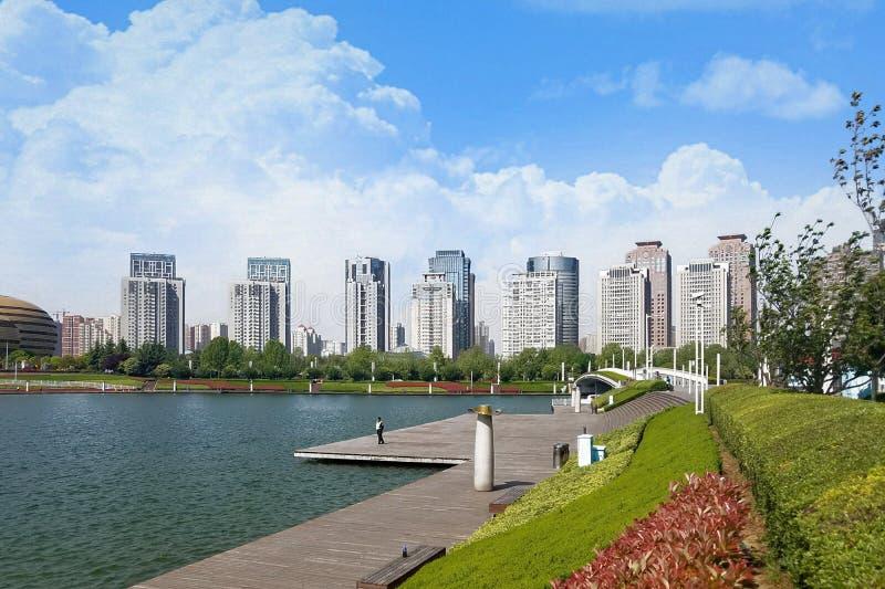 Opinión hermosa del lago en el distrito financiero imágenes de archivo libres de regalías