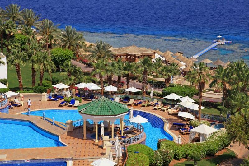 Opinión hermosa del mar sobre el hotel turístico de lujo tropical, bea del Mar Rojo imagen de archivo