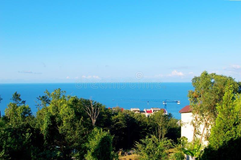 Opinión hermosa del mar sobre los tejados de casas imagen de archivo