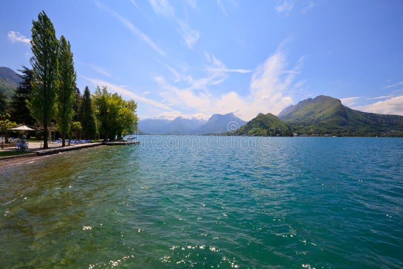 Opinión hermosa del paisaje del lago cristalino annecy imagen de archivo libre de regalías