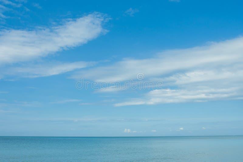 Opinión hermosa del paisaje marino del mar y del cielo azules en el fondo en el tiempo de verano foto de archivo