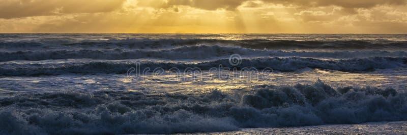 Opinión hermosa del panorama de la puesta del sol sobre el westcoast de Nueva Zelanda, cerca de Punakaika imagenes de archivo