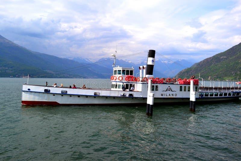Opinión hermosa del primer al pasajero que espera de 'Milano 'del buque de pasajeros para en el embarcadero y el lago Como de Bel imagenes de archivo