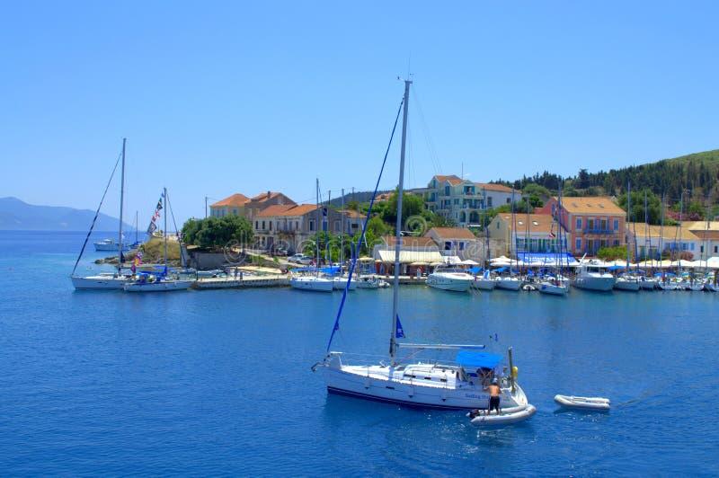 Opinión hermosa del puerto de Fiskardo, Grecia foto de archivo libre de regalías