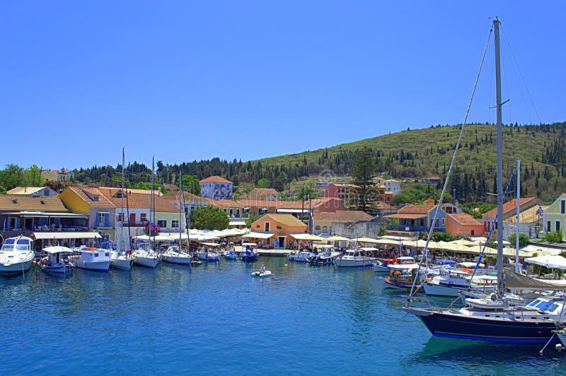 Opinión hermosa del puerto de Fiskardo, Grecia imagen de archivo