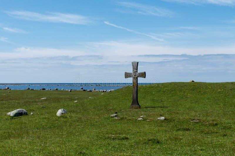 Opinión hermosa del verano con una cruz de piedra del extremo sur de fotografía de archivo libre de regalías