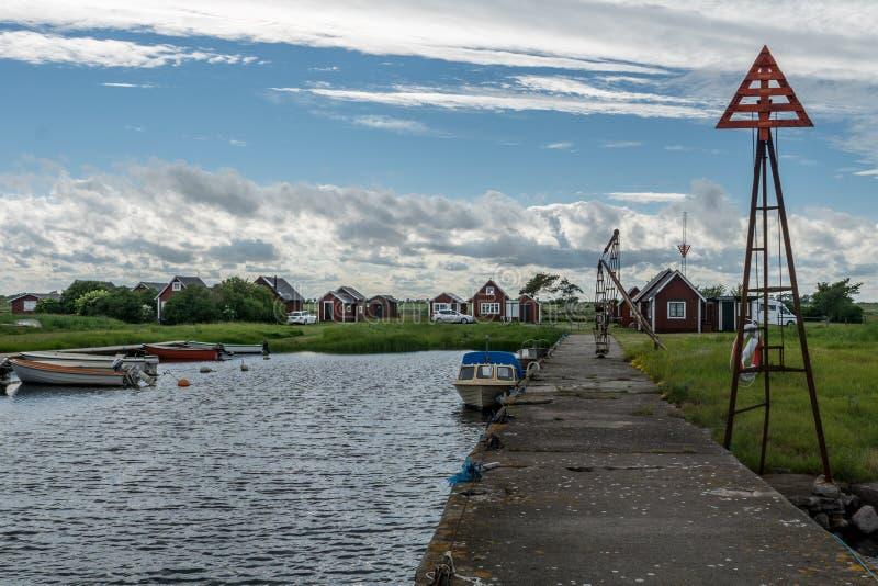 Opinión hermosa del verano de un pequeño campo de la pesca en Oland fotografía de archivo libre de regalías