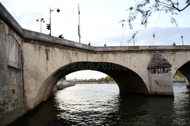 Opinión hermosa río Sena de la tarde imagenes de archivo