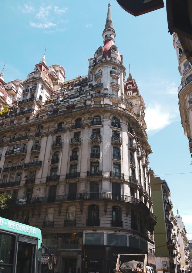 Opinión hermosa y edificio de la calle en Buenos Aires fotografía de archivo libre de regalías