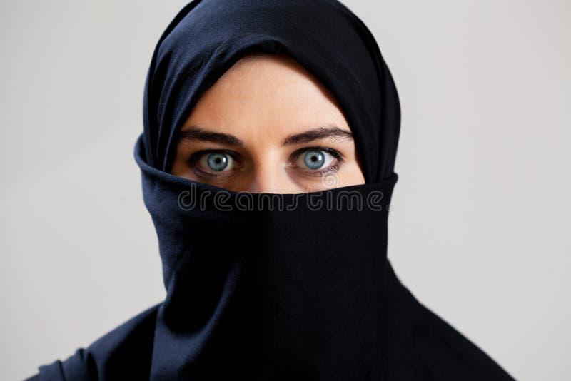 Opinión horizontal la mujer árabe imágenes de archivo libres de regalías
