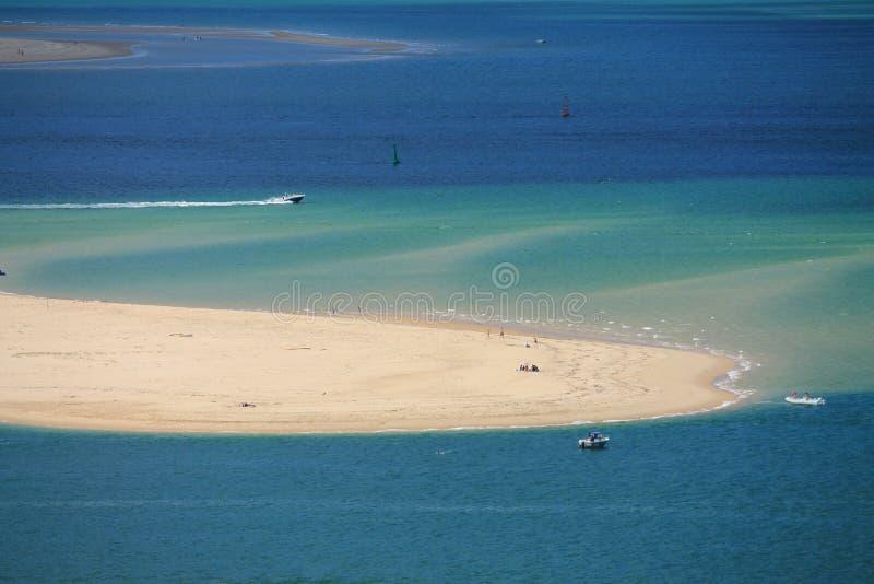 Opinión horizontal sobre Océano Atlántico con los barcos por el pyla de la duna fotos de archivo libres de regalías