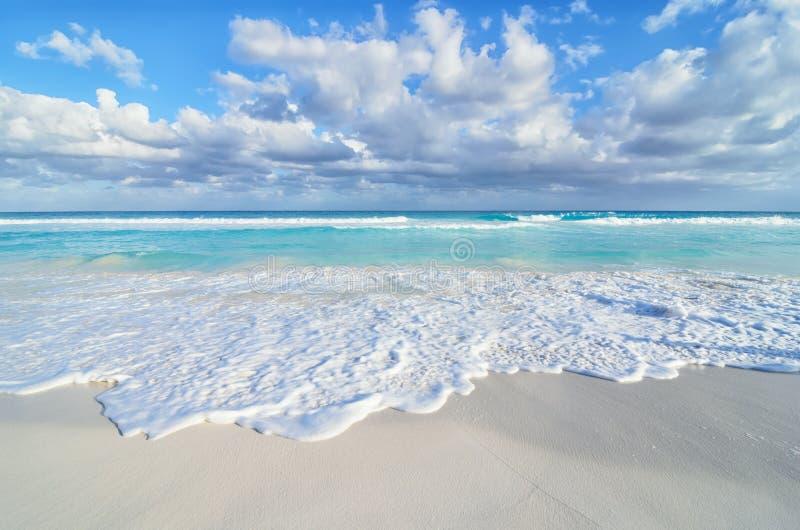 Opinión imponente del mar en la playa arenosa foto de archivo