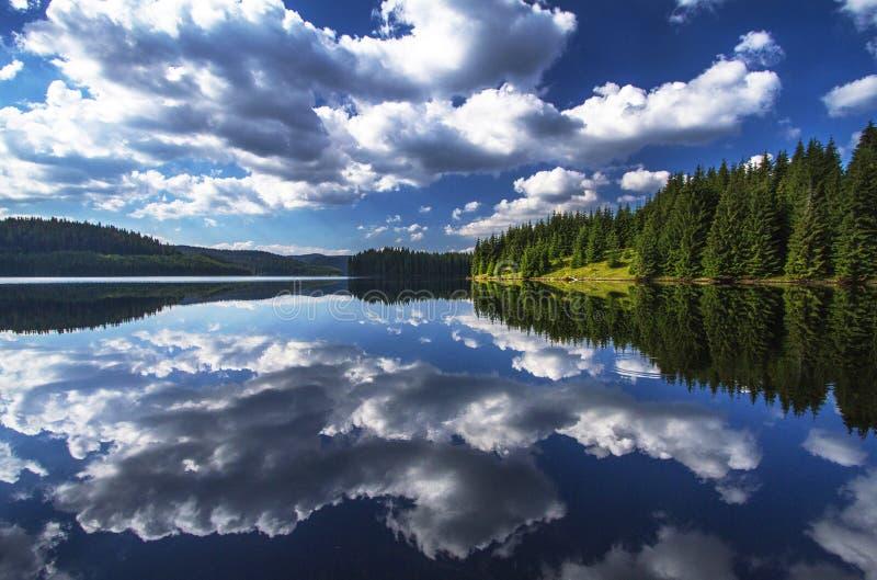 Opinión impresionante del lago imagenes de archivo