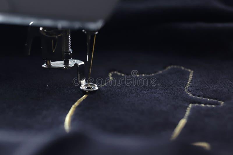 Opinión inclinada del detalle sobre la máquina del bordado que cose motivo chino del cerdo del Año Nuevo 2019 con hilado del oro  imágenes de archivo libres de regalías