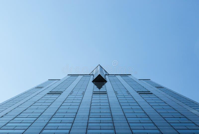 Opinión inferior de la torre del edificio de cristal azul alto de la fachada imagen de archivo